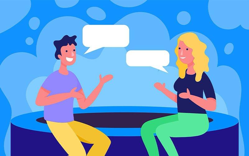 Dos personas sentadas hablando